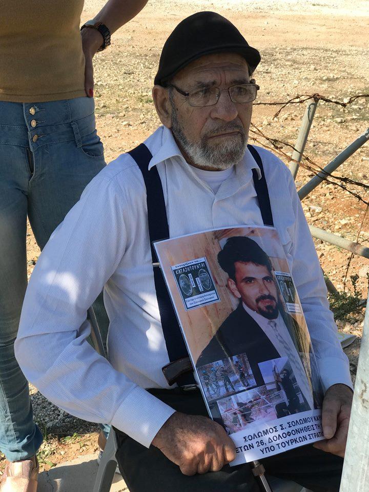 Με πλακάτ διαμαρτυρίας στο οδόφραγμα Δερύνειας η μάνα του Τάσου ...