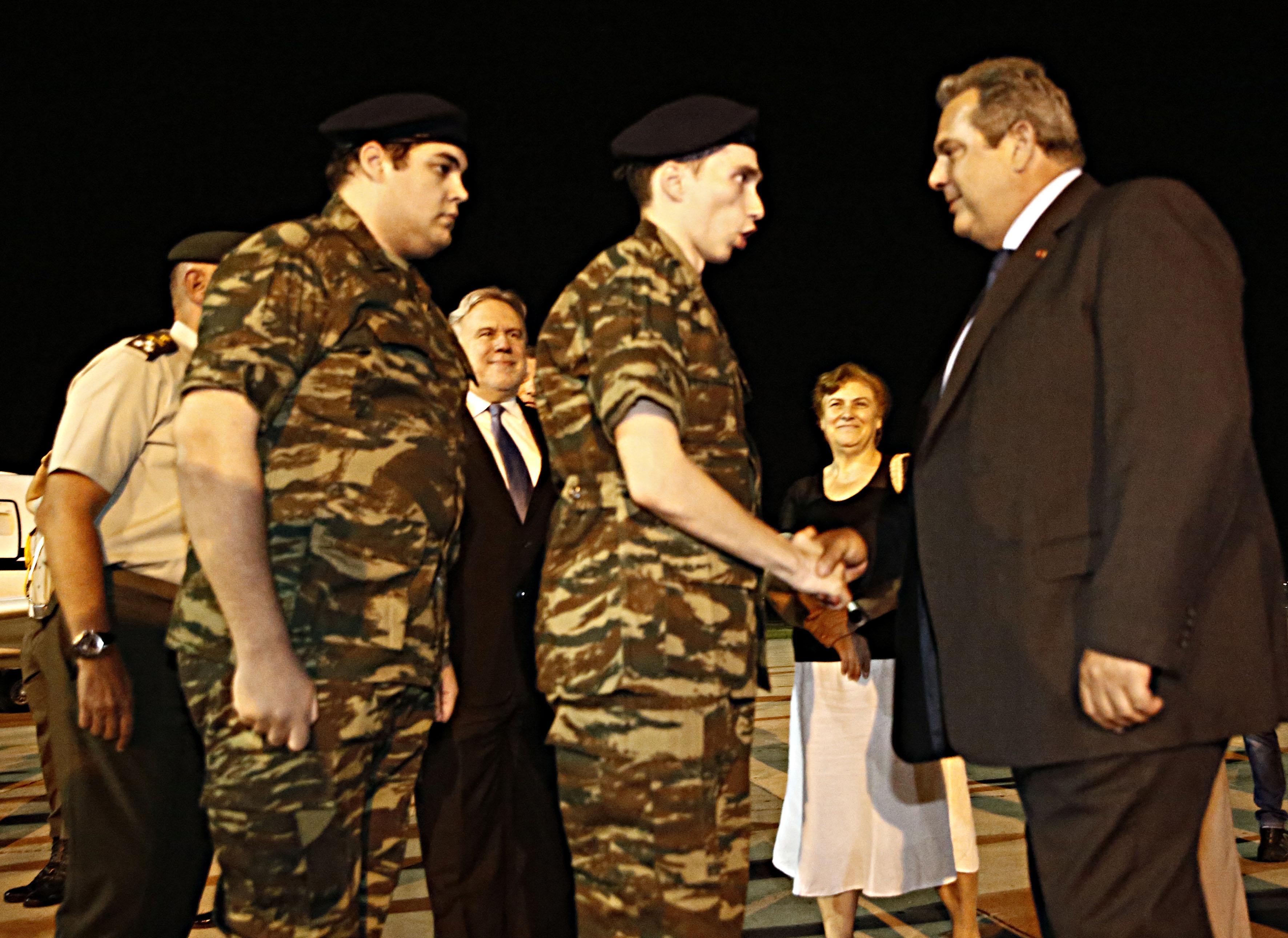 Αξιωματικός που βγαίνει με στρατευμένους στρατιωτικούς