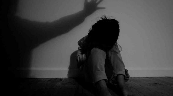 Ελεύθερη υπό όρους η 43χρονη που καταγγέλθηκε από την 10χρονη κόρη της