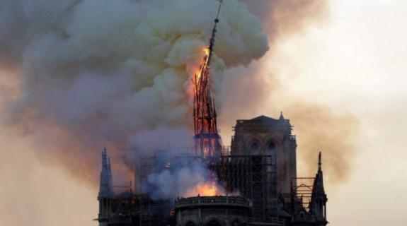Πρώτη λειτουργία στην Παναγία των Παρισίων μετά την καταστροφική πυρκαγιά