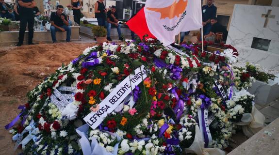 Με χώμα από το Δίκωμο που έφερε Τ/κ δημοσιογράφος θάφτηκε ο Δ. Χριστόφιας