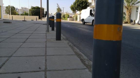 'Παγίδα θανάτου' οι πάσσαλοι στα πεζοδρόμια (Φ&Omeg