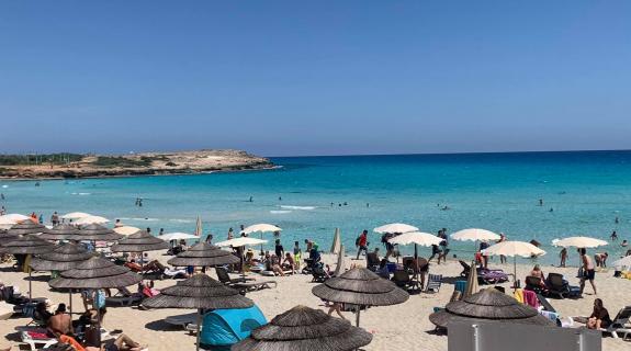 'Full house' από Κύπριους το Nissi Beach στην Αγία Νάπα (ΒΙΝΤΕΟ ΦΩΤΟ)
