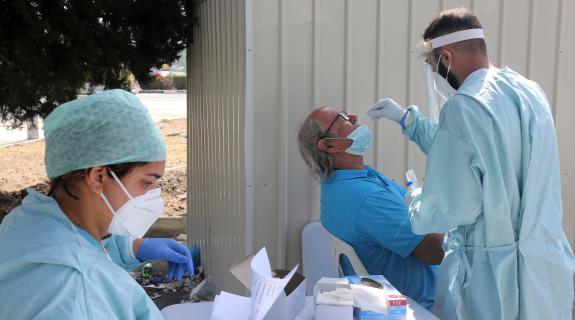 Ανεξέλεγκτη η διασπορά του ιού: Ένας στους 13 που εξετάστηκαν βγήκαν θετικοί