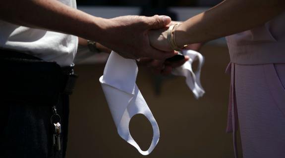 Γάμοι και δεξιώσεις: Πίστα μόνο για ζευγάρι και συμπέθερους (ΒΙΝΤΕΟ)