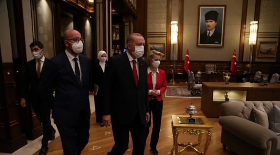 Έγινε viral η σεξιστική συμπεριφορά του Ερντογάν (ΒΙΝΤΕΟ)