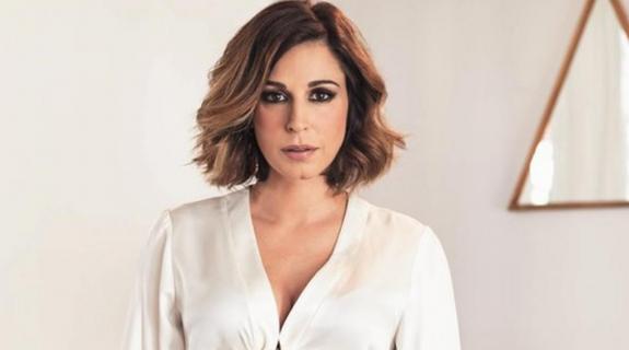 Ανατροπή! Η Κατερίνα Παπουτσάκη κυκλοφορεί το πρώτο της single ως… τραγουδίστρια