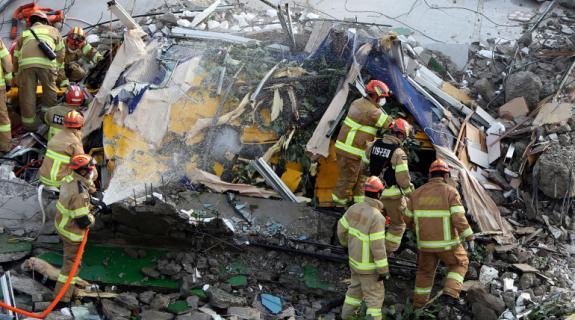Κτίριο κατέρρευσε και καταπλάκωσε λεωφορείο στη Νότια Κορέα, εννέα νεκροί (VID)